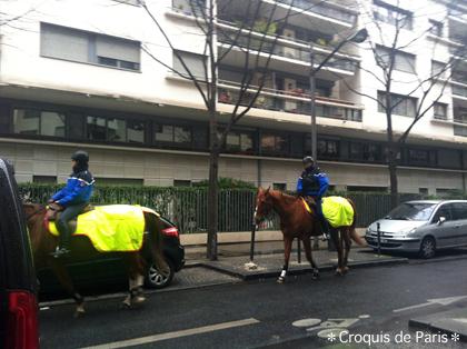 2 普通に警察(たぶん)の馬が歩いています