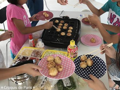 10子供達が作ってくれるたこ焼きパーティ