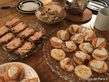 4 パンケーキにサーモンとサワークリーム