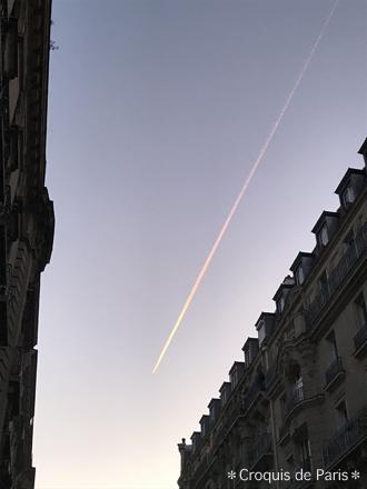 6バカンスに入る日の朝、虹色の飛行機雲
