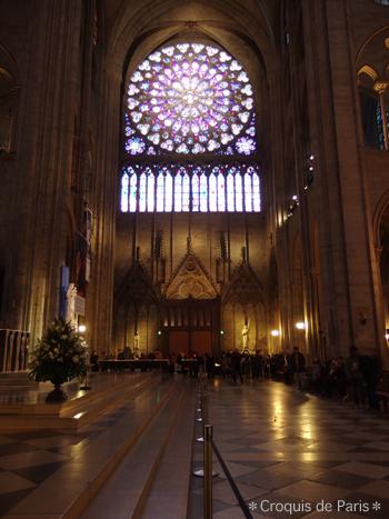 12南側のバラ窓 下にはジャンヌダルク像